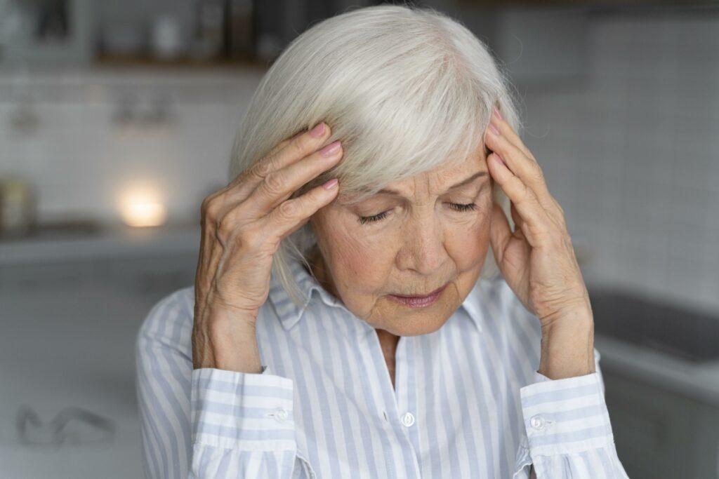 La maladie d'Alzheimer représentée par une femme agée